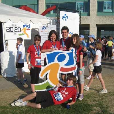 Marc Bellefeuille et sa famille à la fin de semaine des courses d'Ottawa 2009, recueillant des fonds pour la recherche sur le Parkinson.