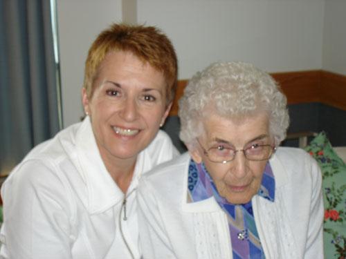 La soignante Betty Lou Earl avec sa mère Cecilia, est reconnaissante du soutien continu de la Société Parkinson de la Saskatchewan..