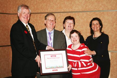 Bruce Ireland, gauche, a été le premier lauréat du prix « Aidant familial national »