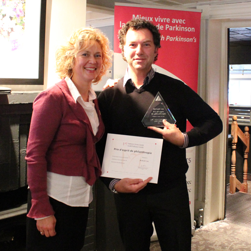 Richard Côté receives his award from Nicole Charpentier, Executive Director, Parkinson Society Quebec during a bi-annual meeting of the Society held at Restaurant Le Manoir in Trois-Rivières on October 24.